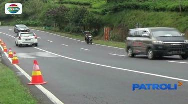 Cegah terjadi kecelakaan, petugas pasang rambu baru dan berlakukan jalur darurat di tanjakan Emen, Subang, Jawa Barat.