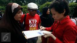 Sejumlah warga mengisi formulir pendataan dan pengumpulanKTP di depan Balai Kota, Jakarta, Kamis (5/11). Pendataan dan pengumpulan KTP tersebut sebagai petisi penangguhan penahanan Ahok sebagai Tahanan Kota. (Liputan6.com/Johan Tallo)