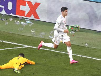 Pemain Spanyol Alvaro Morata melakukan selebrasi usai mencetak gol ke gawang Kroasia pada pertandingan babak 16 besar Euro 2020 di Stadion Parken, Kopenhagen, Denmark, Senin (28/6/2021). Spanyol mengalahkan Kroasia 5-3. (Wolfgang Rattay, Pool via AP)