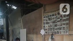 Pekerja menyelesaikan pembuatan furnitur di Jakarta, Rabu (20/11/2019). Kemenperin mencatat nilai ekspor furnitur nasional baru mencapai sekitar US$730 juta. Adapun, rata-rata ekspor pada 6 bulan pertama tahun lalu mencapai US$845 juta. (Liputan6.com/Faizal Fanani)