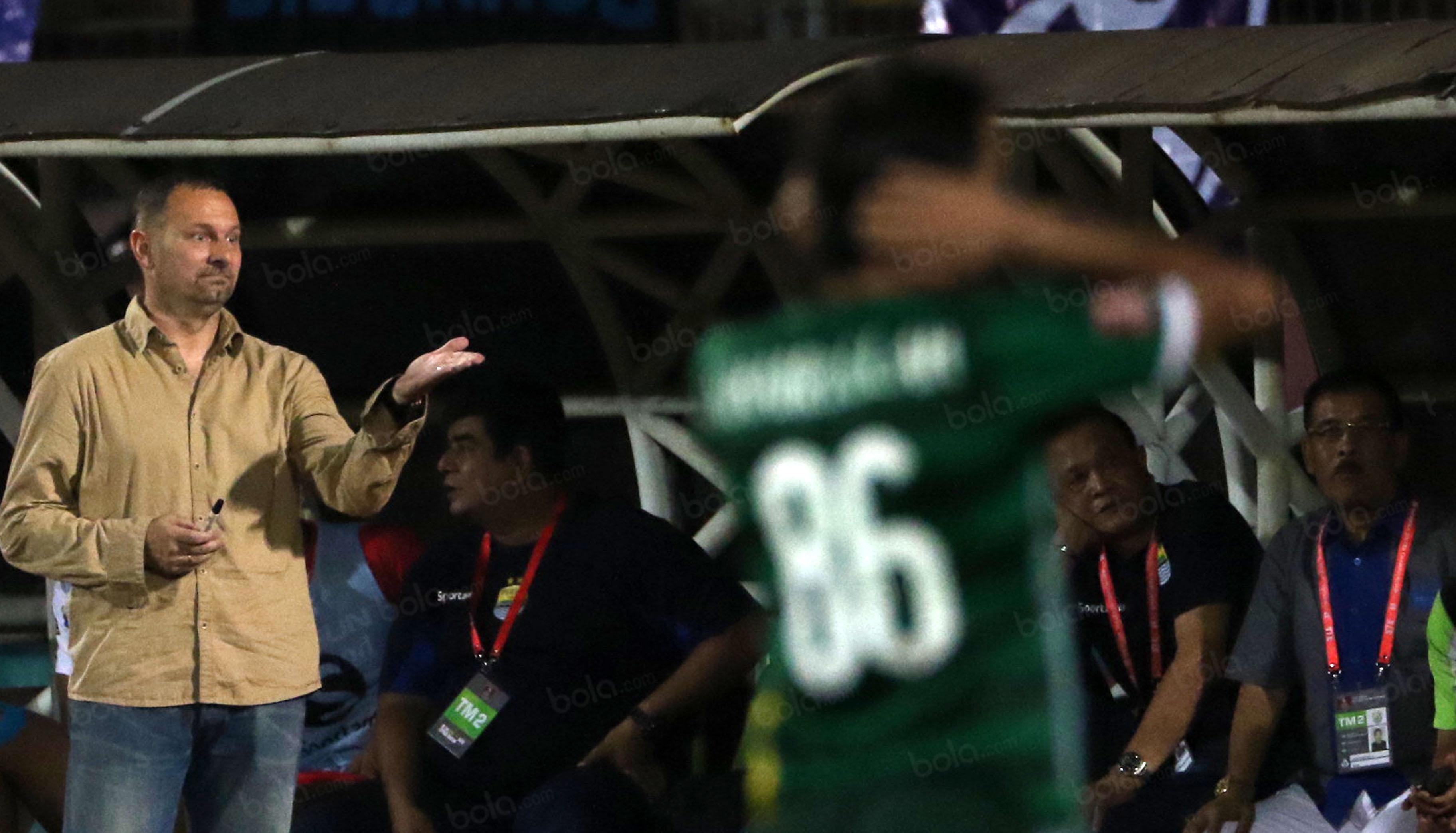 Dejan Antonic memprotes wasit saat mendampingi timnya melawan Bhayangkara Surabaya United di Stadion Gelora Delta Sidoarjo, Sabtu (11/6/2016). (Bola.com/Nicklas Hanoatubun)