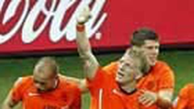 Belanda memastikan diri menempati satu slot di babak perempat final Piala Dunia 2010 setelah mengalahkan Slovakia 2-1 (1-0) di Stadion Moses Mabhide, Durban. Belanda kini tinggal menunggu pemenang antara Brasil dan Cile.