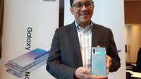 Denny Galant, Head of Product Marketing IT & Mobile Samsung Electronics Indonesia, memegang Galaxy Note 10 Plus (Liputan6.com/ Agustin Setyo W)
