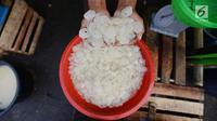 Pedagang menunjukkan kolang-kaling di Pasar Induk Kramat Jati, Jakarta, Jumat (10/5/2019). Memasuki bulan suci Ramadan, pedagang kolang-kaling kebanjiran pembeli. (merdeka.com/Imam Buhori)