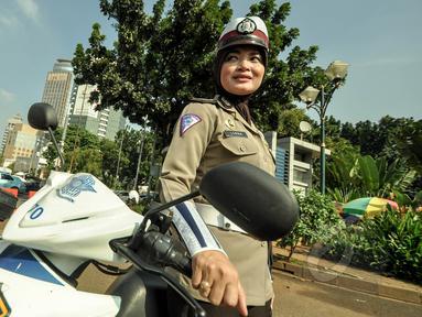 Polwan berpose dengan mengenakan jilbab di pelataran Silang Monas, Jakarta, Jumat (27/3/2015). Polwan di seluruh Indonesia akhirnya diperbolehkan mengenakan jilbab. (Liputan6.com/Faizal Fanani)