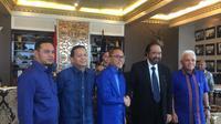 Ketua Umum Partai Amanat Nasional (PAN) Zulkifli Hasan menyambangi Markas DPP Partai Nasdem dan bertemu langsung Ketua Umum Partai Nasdem Surya Paloh, Selasa (10/3/2020). (Liputan6.com/Muhammad Radityo Priyasmoro)