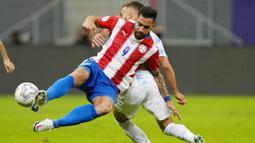 Secara keseluruhan, Paraguay tercatat menguasai bola 57 persen, berbanding 43 persen yang dimiliki Tim Tango. Paraguay juga melakukan sepuluh percobaan mencetak gol, tetapi tujuh di antaranya dihalau dan hanya satu yang mengarah ke gawang.  (AP Photo/Ricardo Mazalan)