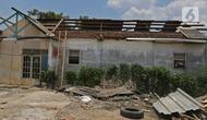 Kondisi atap dan bangunan rumah yang rusak diterjang angin puting beliung di Kaliabang Tengah, Kota Bekasi, Sabtu (24/10/2020). Menurut Badan Penanggulangan Bencana Daerah (BPBD) sebanyak 159 rumah terdampak puting beliung yang terjadi Jumat siang. (Liputan6.com/Herman Zakharia)