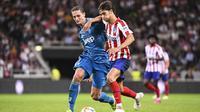 Gelandang Atletico Madrid, Joao Felix, berusaha melewati gelandang Juventus, Adrien Rabiot, pada laga ICC di Stadion Solna, Stockholm, Sabtu (10/8). Atletico menang 2-1 atas Juventus. (AFP/Jonathan Nackstrand)