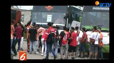Sebelum berangkat ke Jakarta, petugas Polsek Cikarang Utara mengumpulkan perwakilan suporter dan memberikan pengarahan untuk tetap tertib.