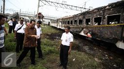 Menteri Perhubungan Budi Karya meninjau lokasi terbakarnya dua gerbong kereta Kerta Jaya kelas Ekonomi di dekat Stasiun Tanjung Priok, Jakarta, Kamis (25/8). (Liputan6.com/Faizal Fanani)