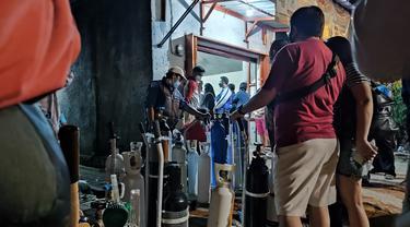Tempat pengisian ulang oksigen di Kota Bogor tak pernah sepi. Bahkan warga rela antre berjam-jam sebelum depo pengisian oksigen buka.
