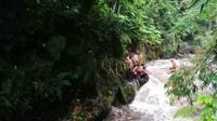 Peserta susur sungai Pramuka SMPN 1 Turi diterjang banjir Sungai Sempor Sleman. (Liputan6.com/Wisnu Wardhana)