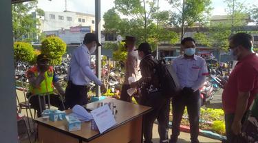 Pengecekan STRP terhadap penumpang KRL di Stasiun Tangerang.