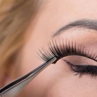 Tidak banyak yang tahu jika salah memasang bulu mata palsu bisa membahayakan kesehatan mata (Sumber foto: 30second.com)