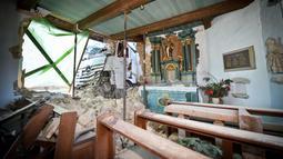 Kondisi bagian dalam kapel Antoniuskapelle Antonius setelah ditabrak truk di Hortsmar, Jerman barat (3/1). Musibah tersebut mengakibatkan kerusakan fatal pada bangunan tempat ibadah bagi umat Kristen. (AFP PHOTO/dpa/Jens Keblat/Germany OUT)