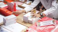 Petugas kepolisian merapikan barang bukti kasus penyelundupan perangkat telekomunikasi elektronik di Polda Metro Jaya, Jakarta, Kamis (29/8/2019). Polda Metro Jaya menangkap empat orang pelaku penyelundupan 5.572 handphone (HP) berbagai merek dari China ke Jakarta. (Liputan6.com/Immanuel Antonius)