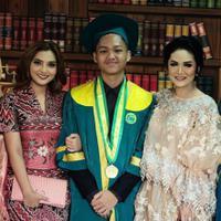 Azriel Hermansyah tak bisa menyembunyikan kebahagiaannya saat didampingi oleh Krisdayanti dan Ashanty saat wisuda SMA (Instagram/@azriel_hermansyah)