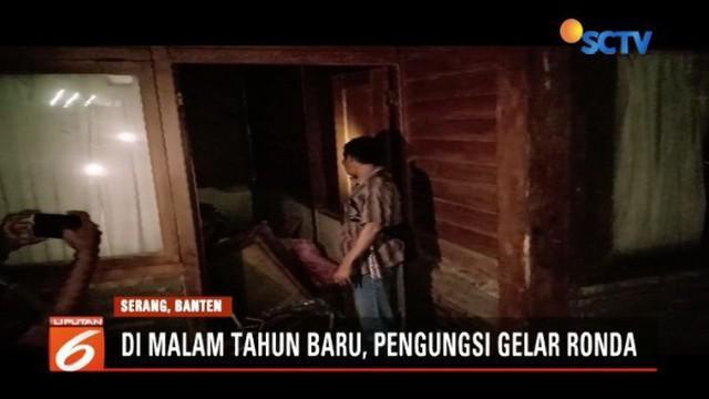 Pengungsi korban tsunami di Serang, Banten, gelar ronda untuk jaga keamanan rumah.