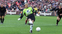 Tak hanya kokoh di mistar gawang, Peter Schmeichel juga membantu mencetak gol dari titik putih untuk kemenangan The Danish Dynamite. Total jumlah golnya adalah satu untuk Tim Denmark dan Sembilan untuk klub bola yang pernah dibelanya. (AFP/SCANPIX DENMARK/Lars Moeller)