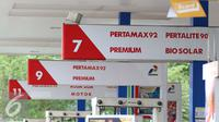 Papan petunjuk BBM yang berada di SPBU, Jakarta, Kamis (5/1). Penetapan harga BBM Umum jenis Pertamax, Pertamax Plus, Pertamax Turbo, Pertamina Dex, Dexlite dan Pertalite merupakan kebijakan korporasi Pertamina. (Liputan6.com/Angga Yuniar)