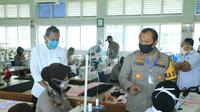 Kapolda Sumbar, Irjen Pol Toni Harmanto melihat polwan yang sedang belajar menjahit maske di BLK Padang.