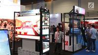 Pengunjung melihat pameran Indocomtech 2018, Jakarta, Rabu (31/10). Indocomtech 2018 diikuti 250 eksibitor, dari bidang telekomunikasi, komputer, software, games, smartphone, elektronik, dan aksesori yang ada di Indonesia. (Liputan6.com/Angga Yuniar)