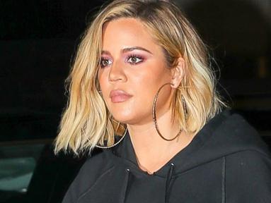 Khloe Kardashian diprotes keras oleh netizen saat mengunggah fotonya yang tengah menggendong True Thompson. (OK! Magazine)