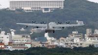 Sebuah pesawat terbang landas dari pangkalan militer AS di Okinawa, Jepang (AP/Shizuo Kambayashi)