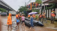 Petugas menyiapkan perahu karet untuk mengevakuasi warga Perumahan Garden City, Kecamatan Periuk, Kota Tangerang yang direndam banjir, Selasa (25/2/2020). (Liputan6.com/Pramita Tristiawati)