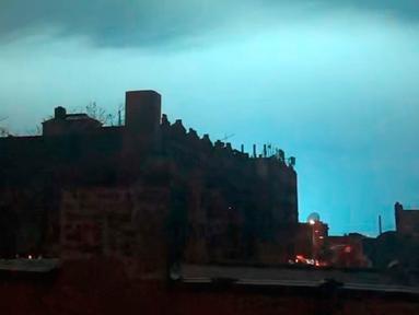 Langit malam diterangi warna biru cerah setelah ledakan trafo listrik dari pusat pembangkit listrik di wilayah Queens New York, Kamis (27/12). Polisi New York mengatakan sebuah transformator meledak di fasilitas Con Edison di Queens. (AP/Sophie Rosenbaum)