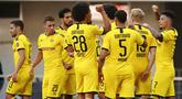 Para pemain Borussia Dortmund merayakan gol yang dicetak oleh Jadon Sancho ke gawang SC Paderborn 07 pada laga Bundesliga di Stadion Benteler, Minggu (31/5/2020). Borussia Dortmund menang dengan skor 6-1 SC Paderborn 07. (AP/Lars Baron)