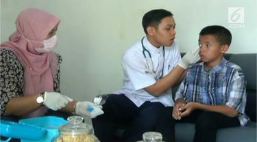 Bocah yatim piatu yang diminta mandi oli, kini diperiksa kesehatannya oleh tim medis kepolisian Yogyakarta.