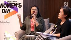 Marcomm Director Accenture Nia Sarinastiti saat memberikan paparan hasil riset tentang Dampak Budaya terhadap Lingkungan Kerja, di Jakarta, Jumat (22/3). Riset Accenture melibatkan 18.000 responden dari 27 negara, termasuk 700 responden Indonesia. (Liputan6.com/Fery Pradolo)