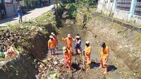 Sejumlah petugas kebersihan di Mamuju ketika membersihkan salah satu saluran air
