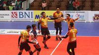 Para pemain Surabaya Bhayangkara Samator merayakan kemenangan atas Jakarta Garuda pada putaran kedua seri pertama Proliga 2019 di GOR Tridharma, Gresik, Sabtu (15/12/2018). (foto: PBVSI)