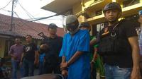 Saat hendak ditangkap, Debt Collector asal Cirebon itu sempat sembunyi di kolong meja. Foto (Liputan6.com / Panji Prayitno)