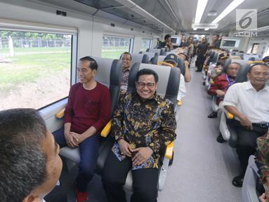 Presiden Joko Widodo (Jokowi) bersama rombongan menjajal menaiki kereta menuju Stasiun Sudirman Baru, Selasa (2/1). Jokowi bersama rombongan menjajal kereta bandara usai peresmian Stasiun Bandara Soekarno-Hatta. (Liputan6.com/Pool/Kurniawan)