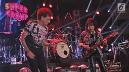 Aksi gitaris God Bless, Ian Antono dan Ahmad Albar saat konser supergroup di Jakarta, Selasa (21/11). Konser supergroup menghadirkan lima band ternama tanah air, yakni God Bless, Krakatau, Sheila On 7, Gigi, dan Kahitna. (Liputan6.com/Herman Zakharia)