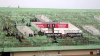 Stadion Manahan, Solo, sepi penonton meski tiket play-off digratiskan. (Bola.com/Ronald Seger Prabowo)