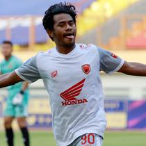 Ilham Udin Armaiyn mencetak gol ke gawang Persik Kediri. Ia jadi penentu kemenangan PSM Makassar pada pekan keempat BRI Liga 1 di Stadion Wibawa Mukti, Cikarang, Kamis (23/9/2021). (Bola.com/Muhammad Iqbal Ichsan)
