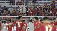 Para suporter merayakan kemenangan Timnas Indonesia U-22 atas Singapura U-22 pada laga SEA Games 2019 di Stadion Rizal Memorial, Manila, Kamis (28/11). Indonesia menang 2-0 atas Singapura. (Bola.com/M Iqbal Ichsan)