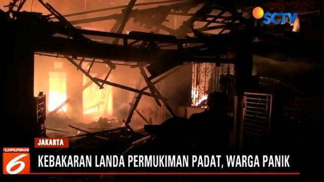 Warga berupaya memadamkan api dengan peralatan seadanya. Namun amuk api memaksa mereka mundur.