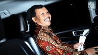 Sekretaris Daerah (Sekda) Jawa Barat Iwa Karniwa memasuki kendaraan usai menjalani pemeriksaan di Gedung KPK, Jakarta, Kamis (29/11). Iwa diperiksa terkait kasus suap pengurusan izin pembangunan Meikarta. (Liputan6.com/Herman Zakharia)