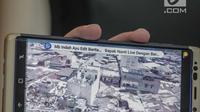 Karo Penmas Divisi Humas Polri Brigjen Dedi Prasetyo menunjukan kerusakan di lokasi ledakan bom Sibolga, di Mabes Polri, Rabu (13/3). Saat ini, kepolisian juga tengah melakukan sterilisasi agar tidak terjadi ledakan susulan. (Liputan6.com/Faizal Fanani)