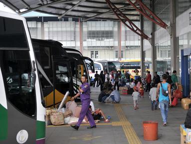Suasana saat penumpang lalu lalu lalang di Terminal Pulo Gebang, Jakarta, Minggu (3/6). Meski Hari Raya Idul Fitri masih 12 hari lagi, para pemudik mulai terlihat memenuhi Terminal Pulo Gebang. (Merdeka.com/Iqbal Nugroho)