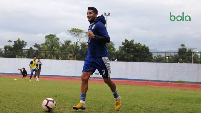 Esteban Vizcarra menjalani latihan perdana bersama Persib Bandung, di Stadion GBLA, Sabtu (19/1/2019). (Bola.com/Erwin Snaz)