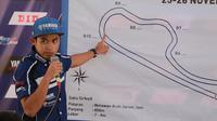 Galang Hendra saat memberi penjelasan teknis kepada pembalap muda di Yamaha Cup Race (YCR) Solo (dok: Yamaha)