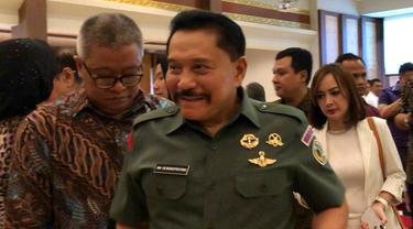 Mantan Kepala BIN Hendropriyono meluncurkan draf buku mengenai intelijen. (Liputan6.com/ Ratu Annisaa)