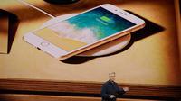 Salah satu fasilitas pada iPhone 8 terbaru milik Apple diluncurkan di Steve Jobs Theatre, California, Selasa (12/9). Fasilitas wireless charging pada kaca belakang untuk mengisi baterai pada ponsel tanpa menggunakan kabel. (AP Photo/Marcio Jose Sanchez)